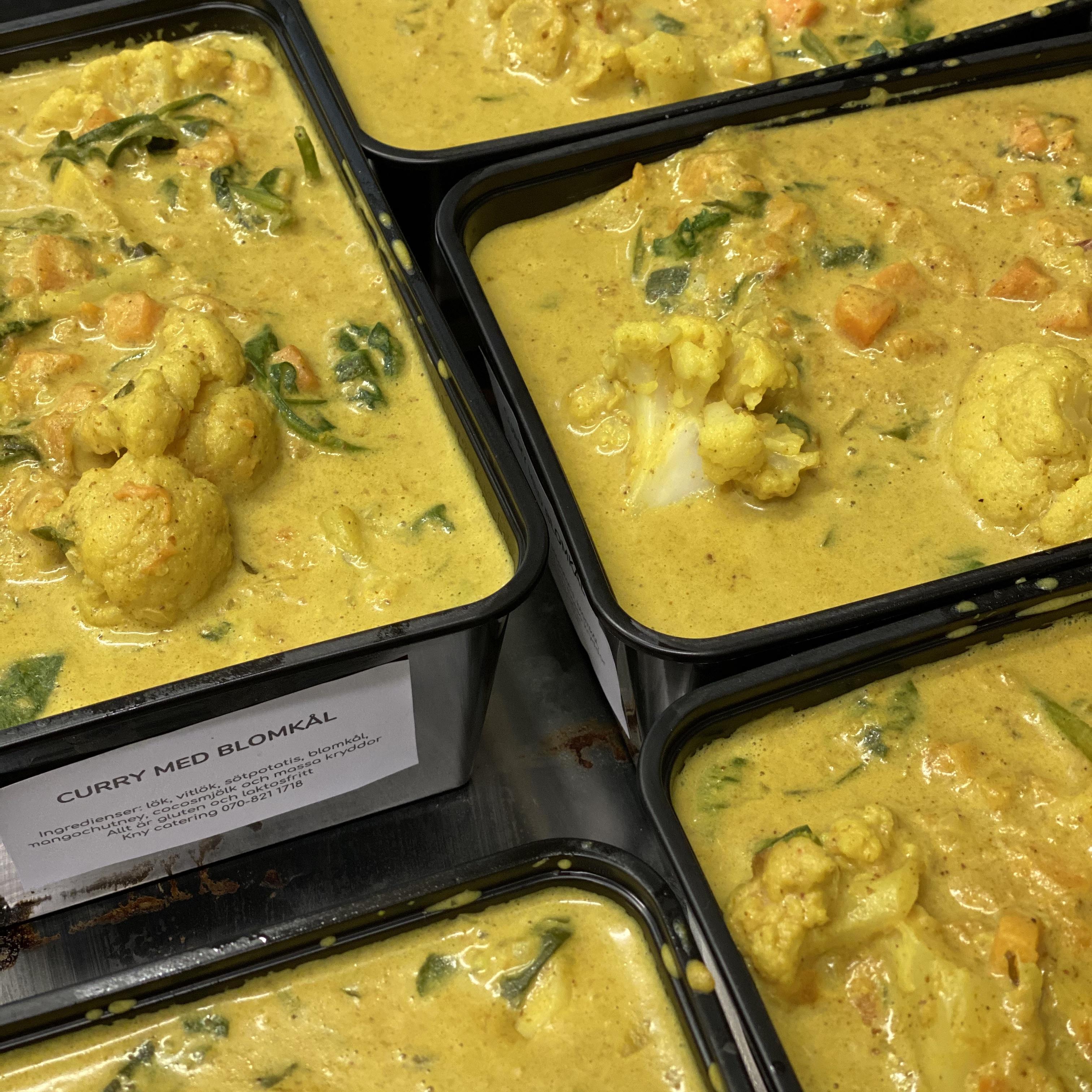 Curry med blomkål, sötpotatis och mango chutney