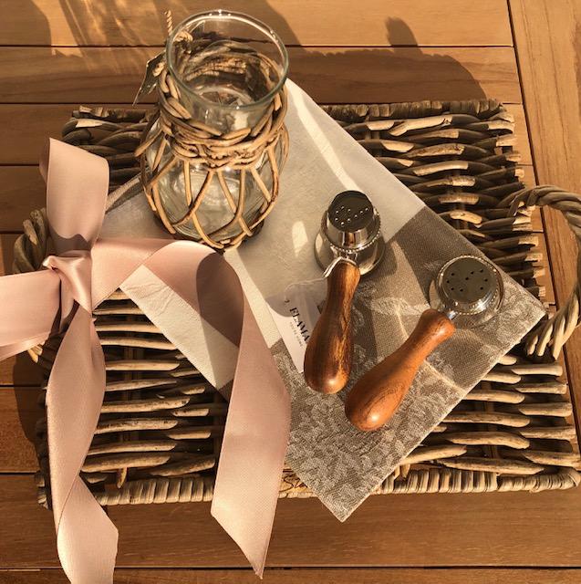 Salz- und Pfefferstreuer mit Vase und Geschirrtuch