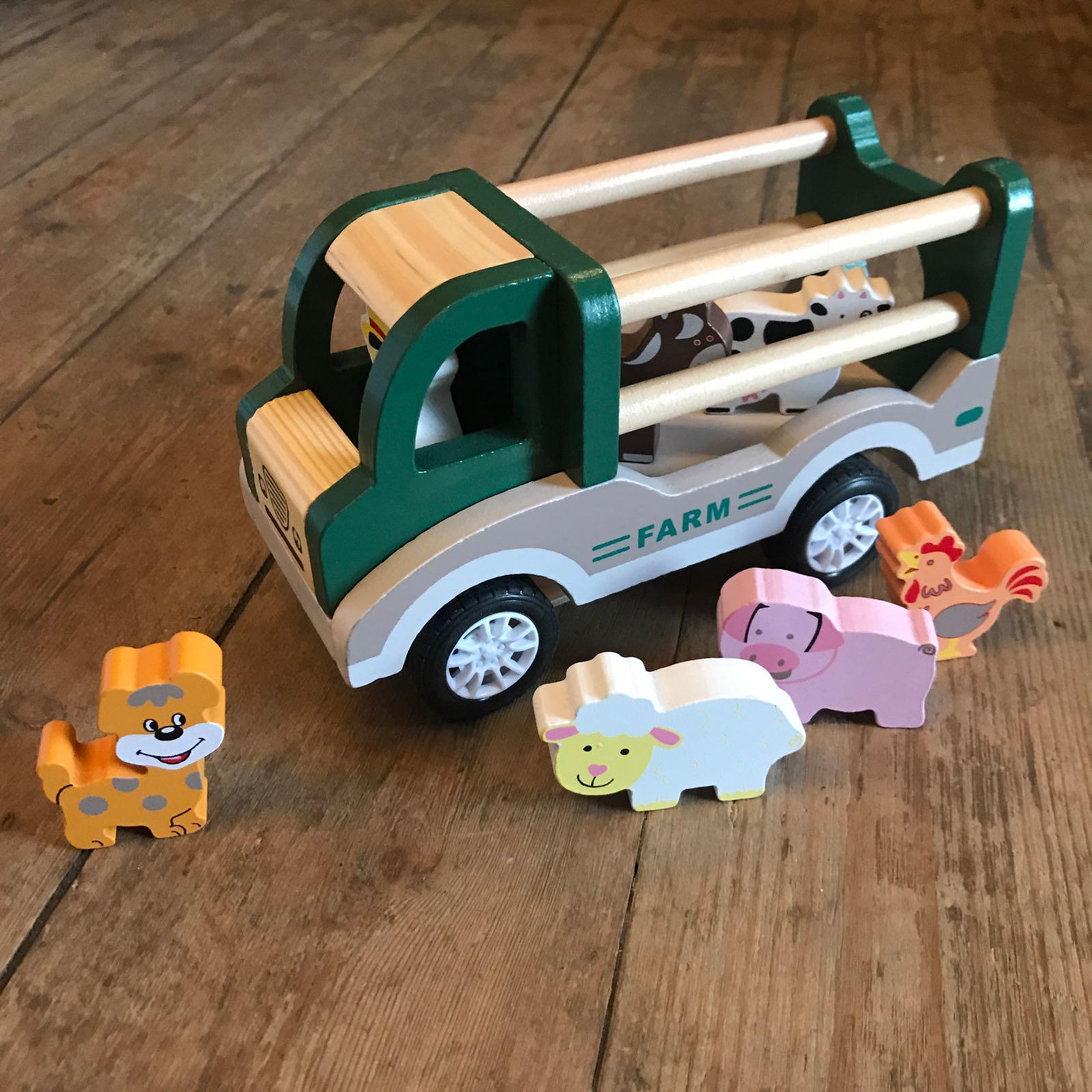 Leke i tre : lastebil med dyr