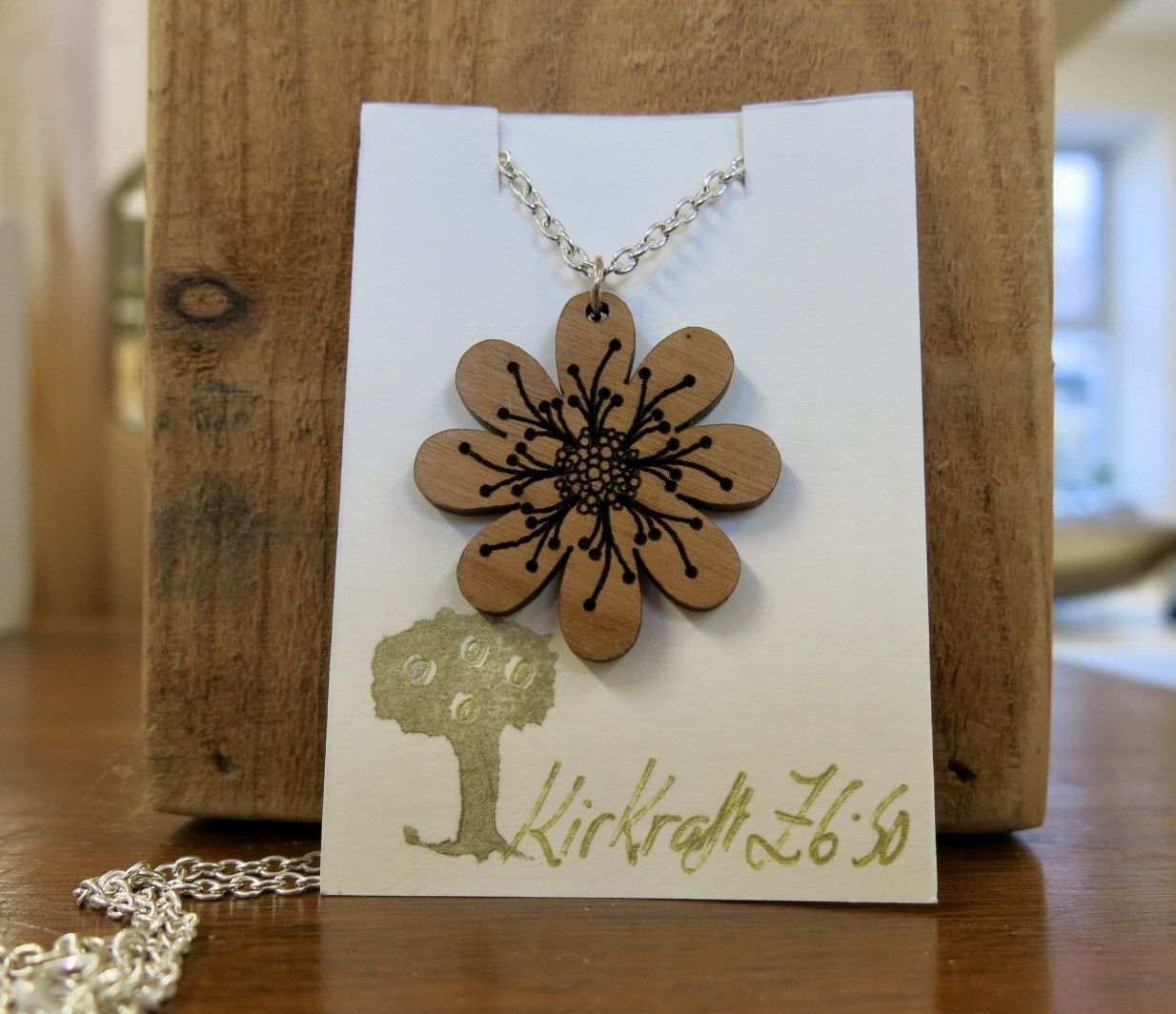 WOODEN DAISY NECKLACE