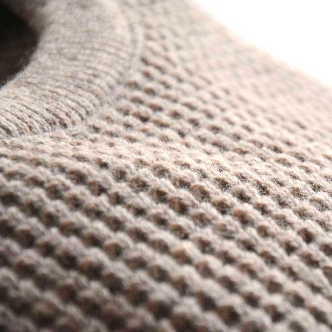 Stickad tröja med axelknappar