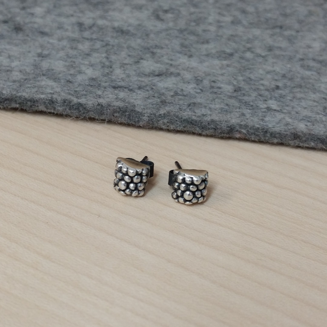 Tiny Bobbled Studs