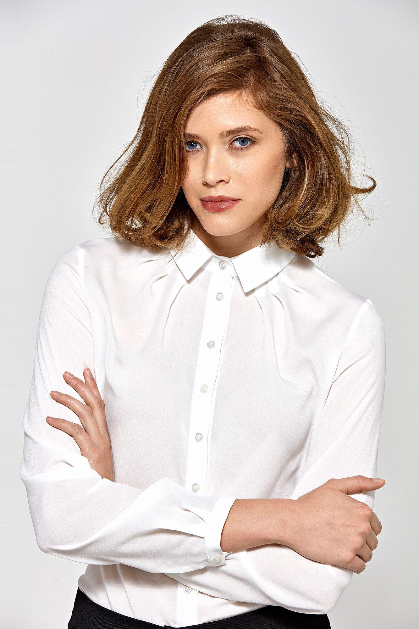 Ekruskjorta med en samlad krage