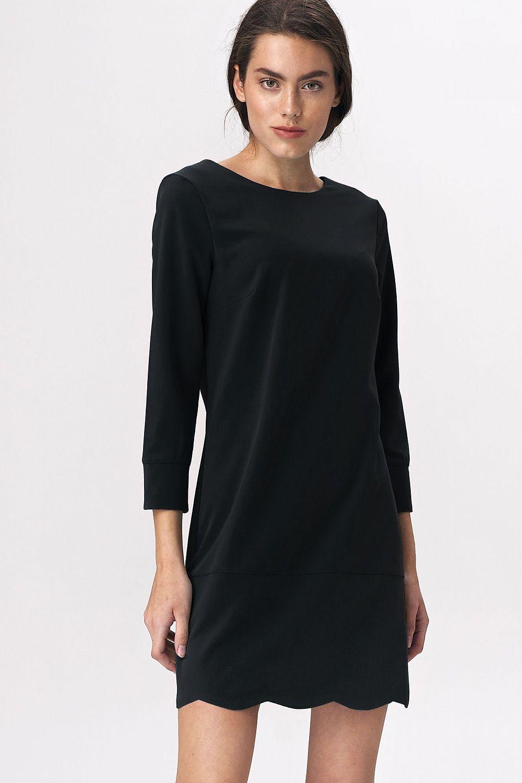 Svart klänning med halsringning bak