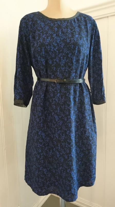 2144 Sort og blå kjole