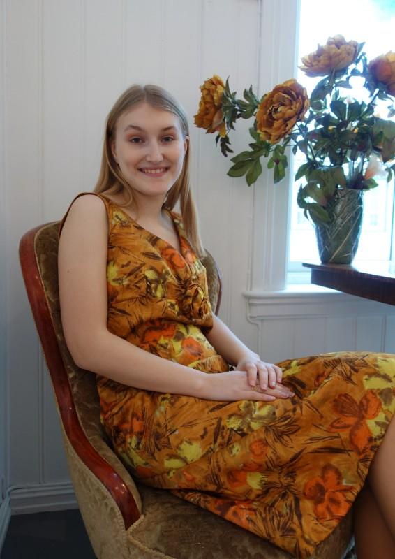 2058 Okerfarget kjole