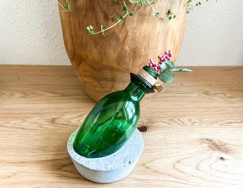 """Vase im Betonsockel """"Flaschenpost"""" grün / rund"""