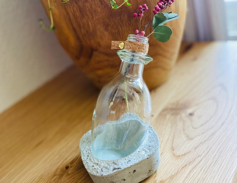 "Vase im Betonsockel ""Flaschenpost"" klar"