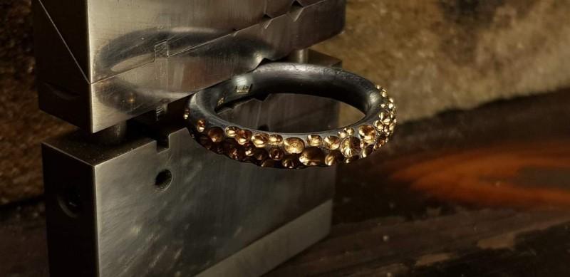 Forgylt og oksidert sølvring med groper