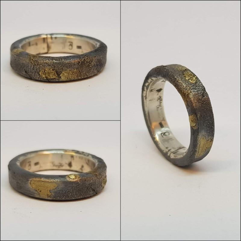Robust ring i sølv med påsmeltet 14 karat gull.
