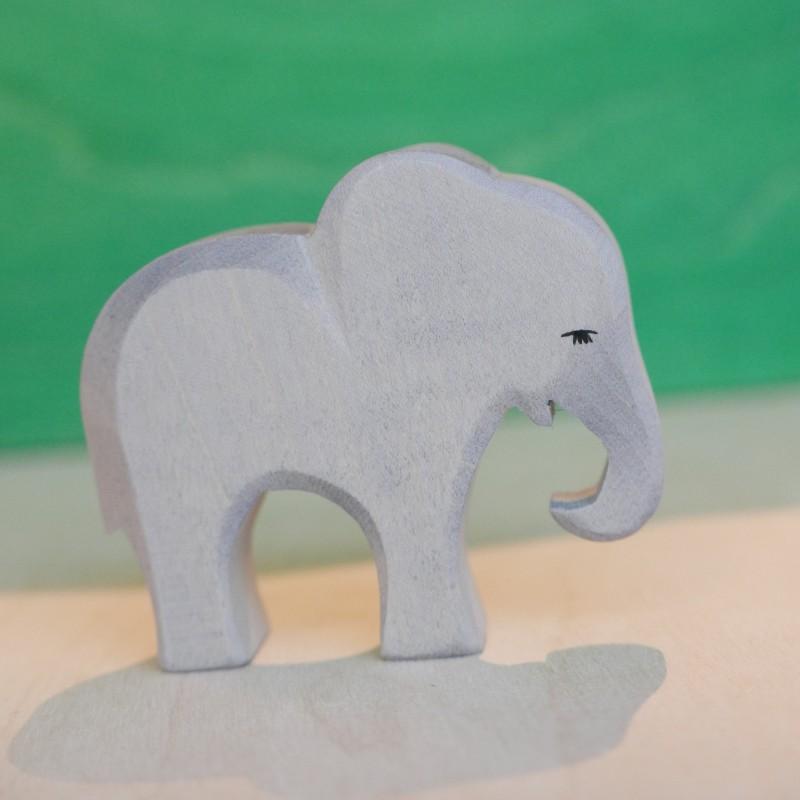 Liten elefant med bøyd snabel i tre