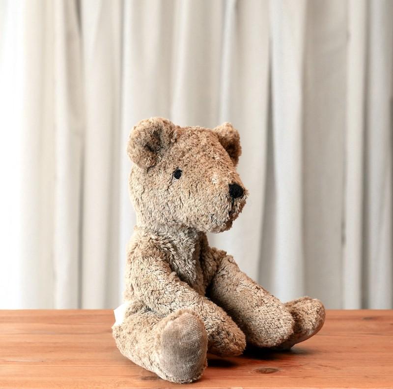 Lys brun liten bjørn i økologisk bomull og ull