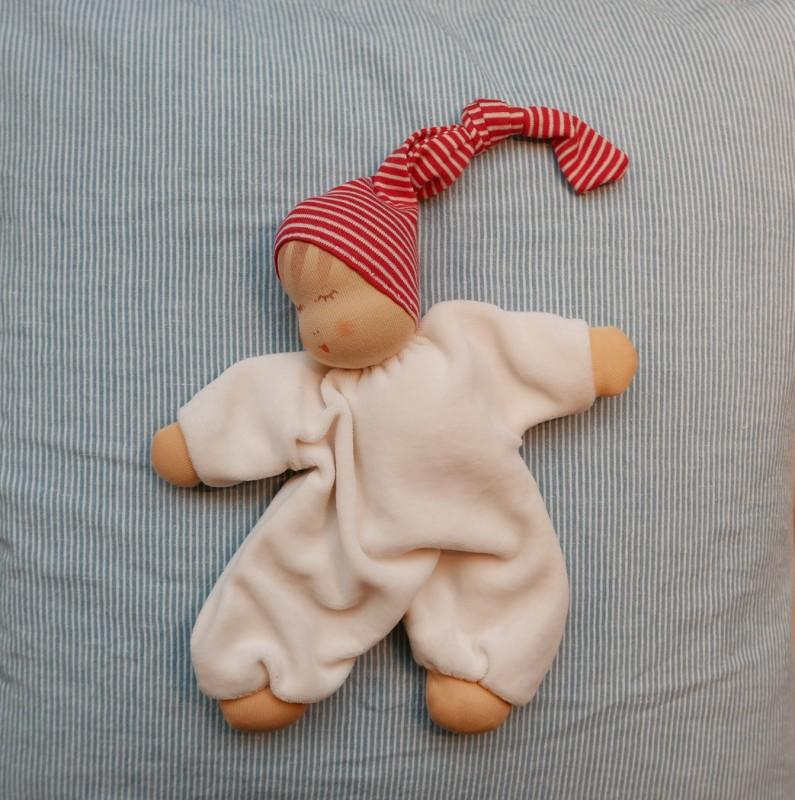 Sovende dukke med rød lue