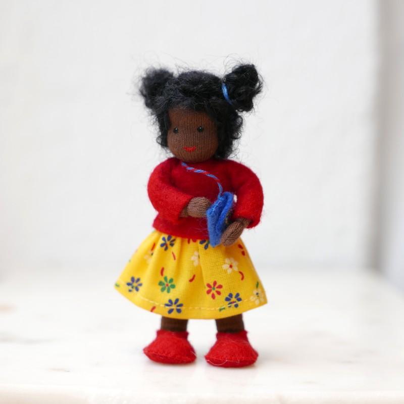 Jente til dukkehus - sort hår