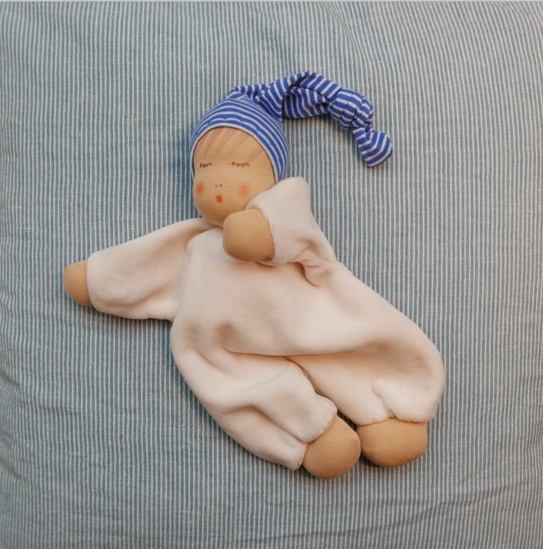 Sovende dukke med blå lue