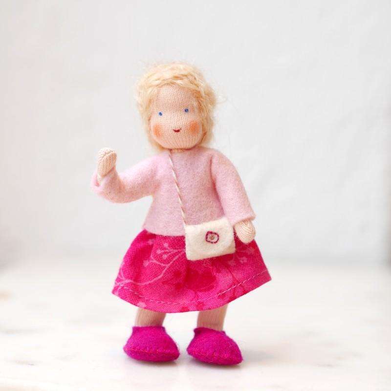 Dukkehus jente med blondt hår