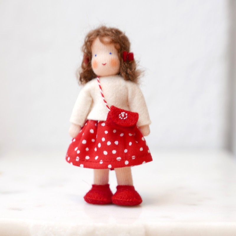 Dukkehus jente med brunt hår