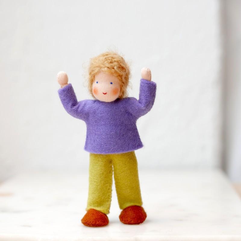 Gutt til dukkehus - blondt hår