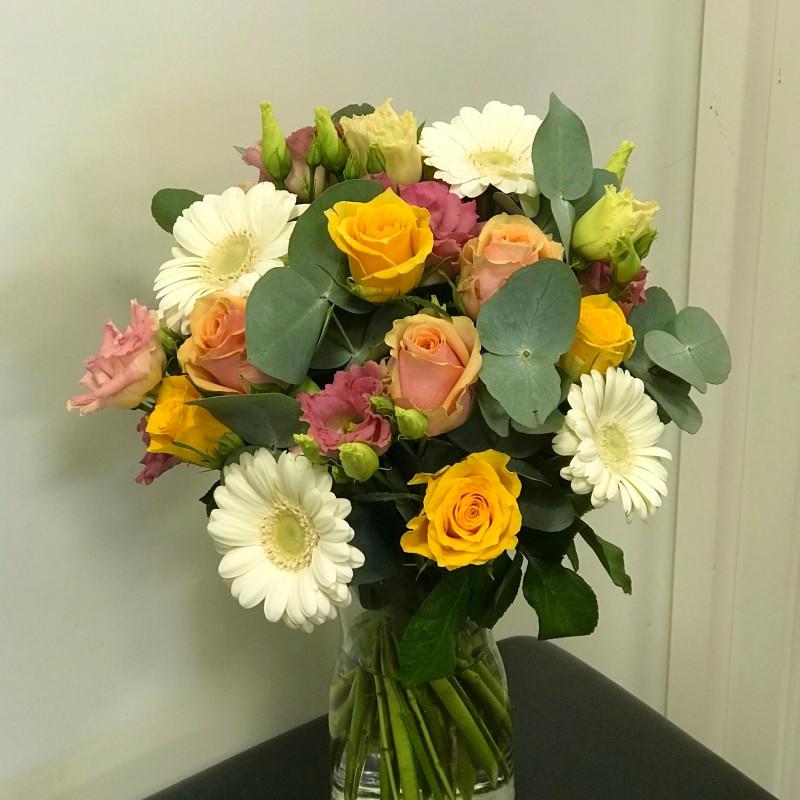 Vårlig bukett i sesongens blomst