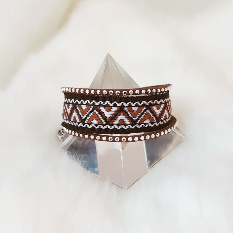 65.Enkel Armbånd med bred brun/hvit bånd og tynn brun bånd. Med charm