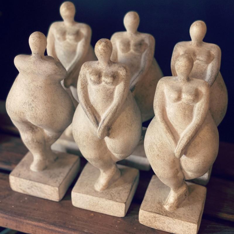 Statyett- dam med kvinnliga former