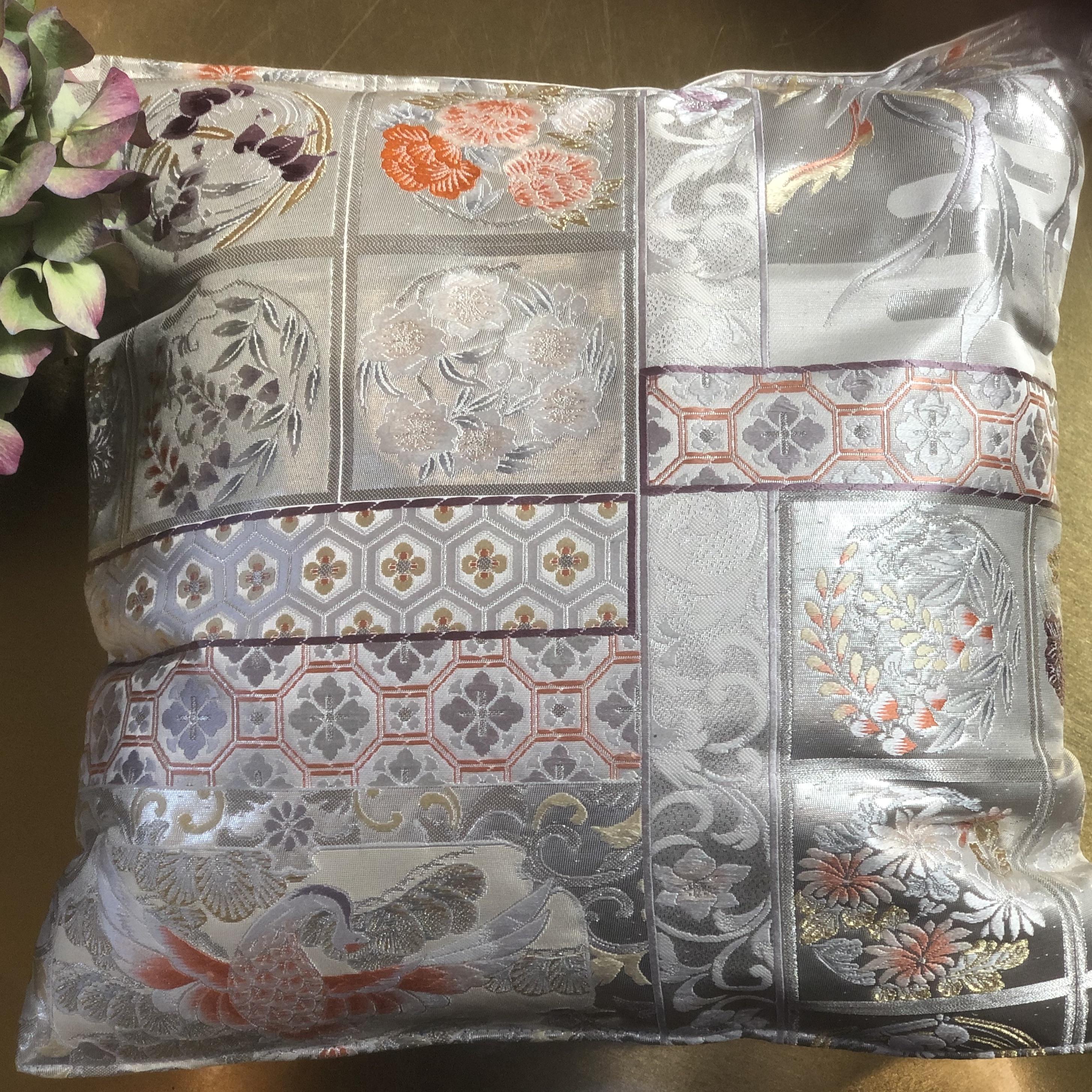 Hopeakuvioinen silkkinen sohvatyyny