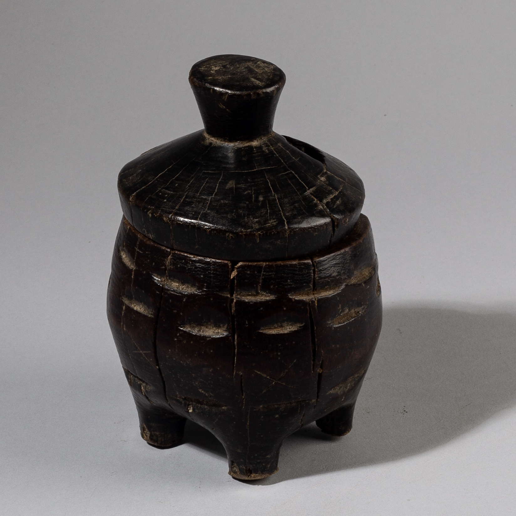 AN EXTREMELY WELL PATINATED LIDDED CONTAINER, CHOKWE, ANGOLA ( No 3732)