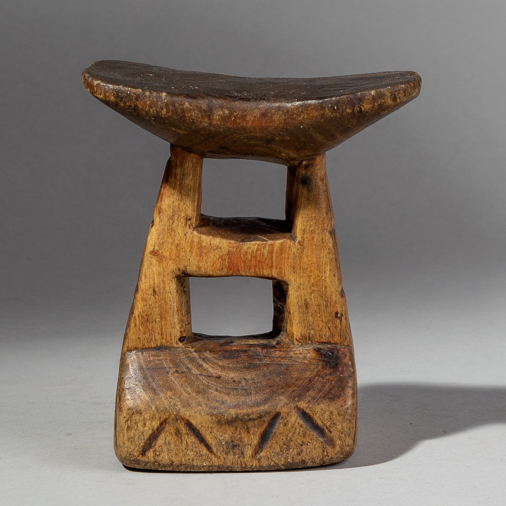 A TACTILE MWILA TRIBE HEADREST, FROM NAMIBIA ( No 1706 )