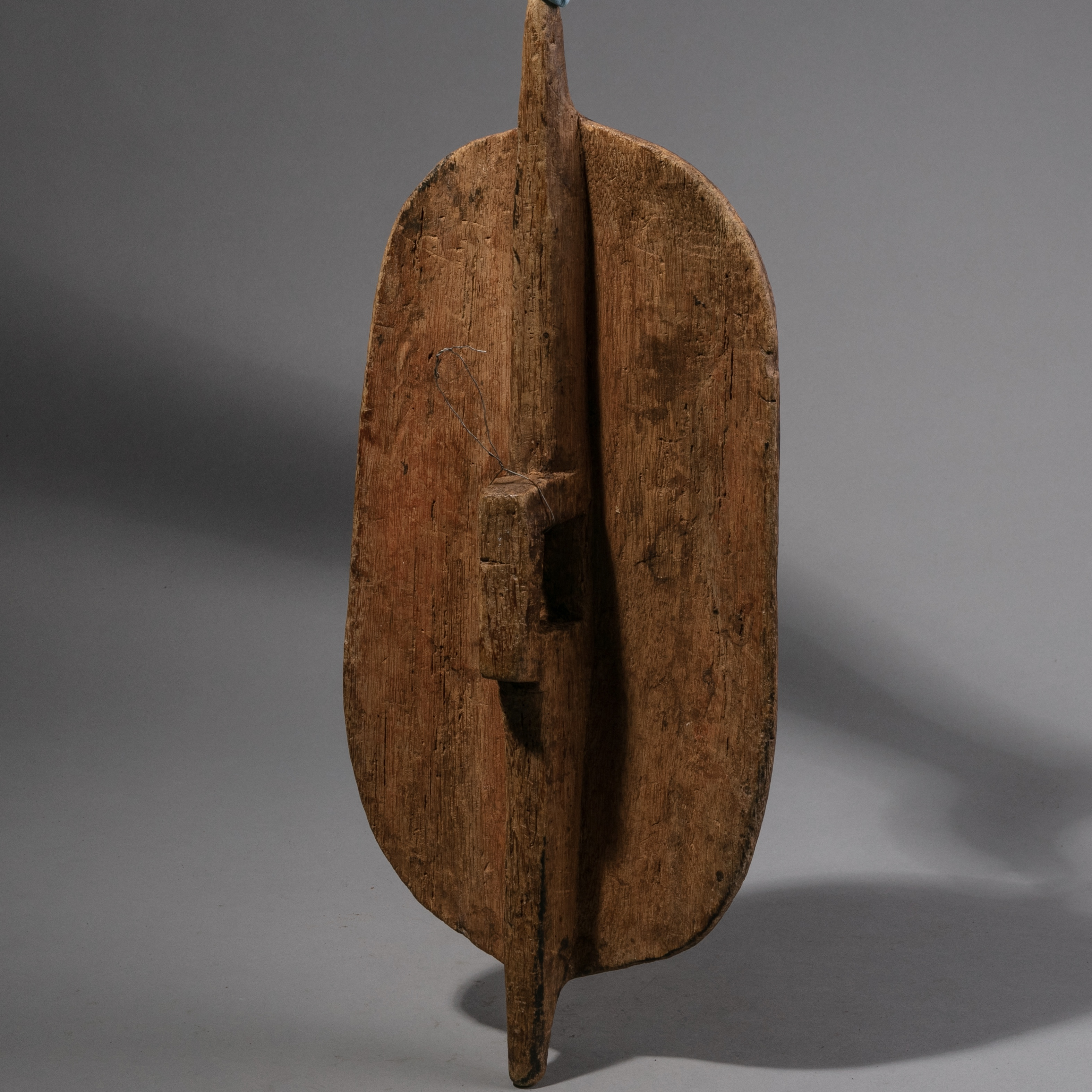 SD A SIMPLE WOODEN SHIELD FROM KENYA (1037 ).