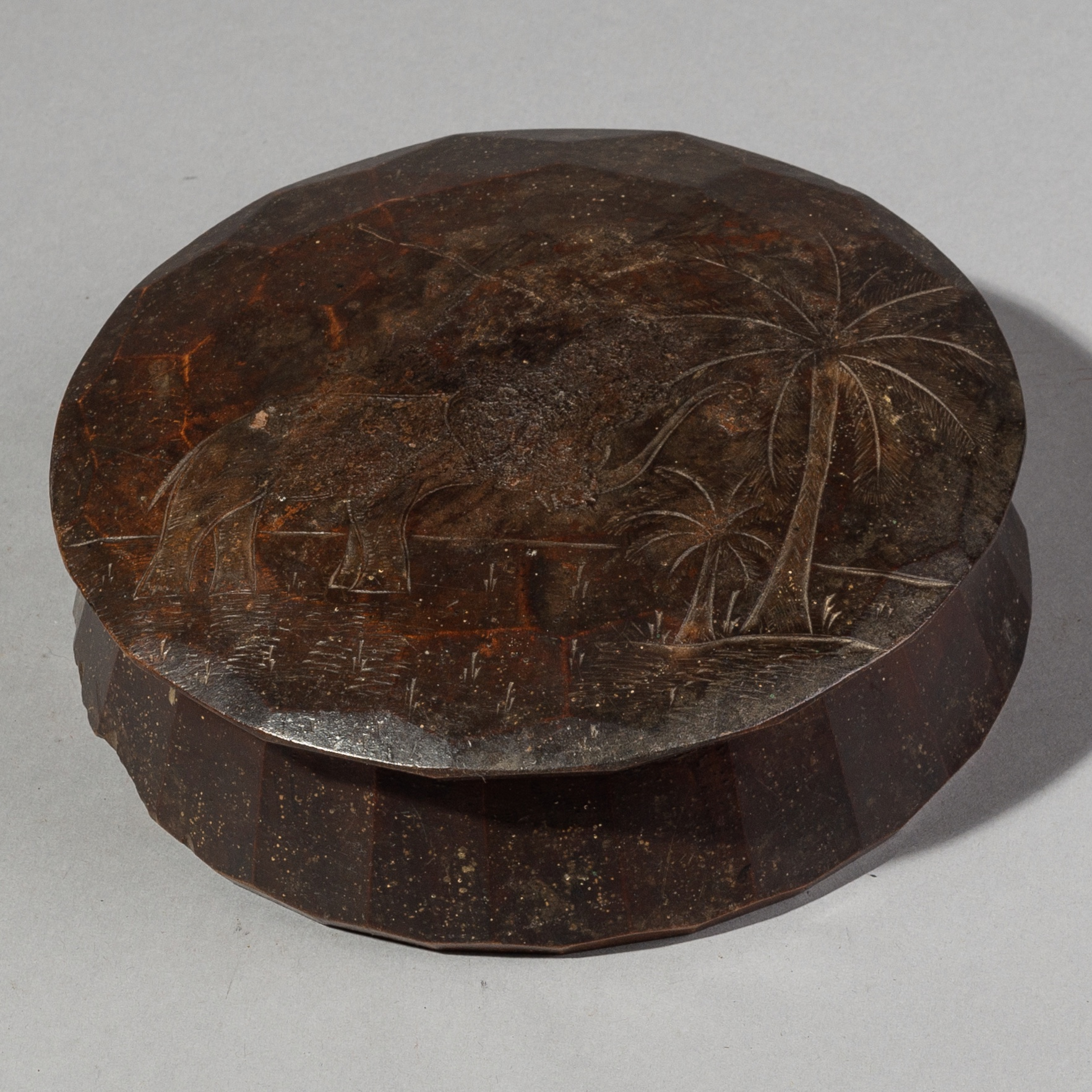 A LIDDED CONTAINER WITH TROPICAL ENGR AVINGS FROM DAN TRIBE  OF THE IVORY COAST (  No 1961 )