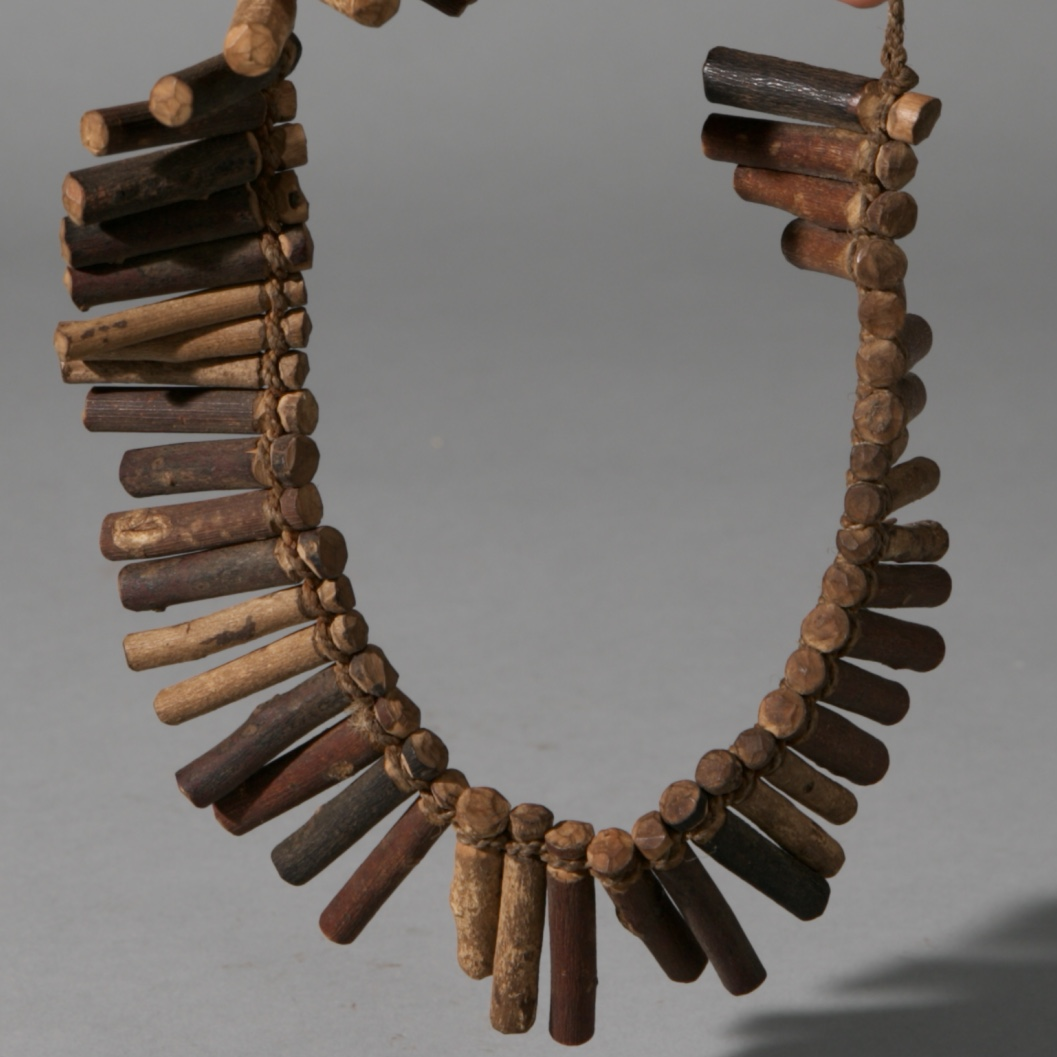 A HEALERS WOOD NECKLACE, ZULU TRIBE SOUTH AFRICA ( No 3917 )