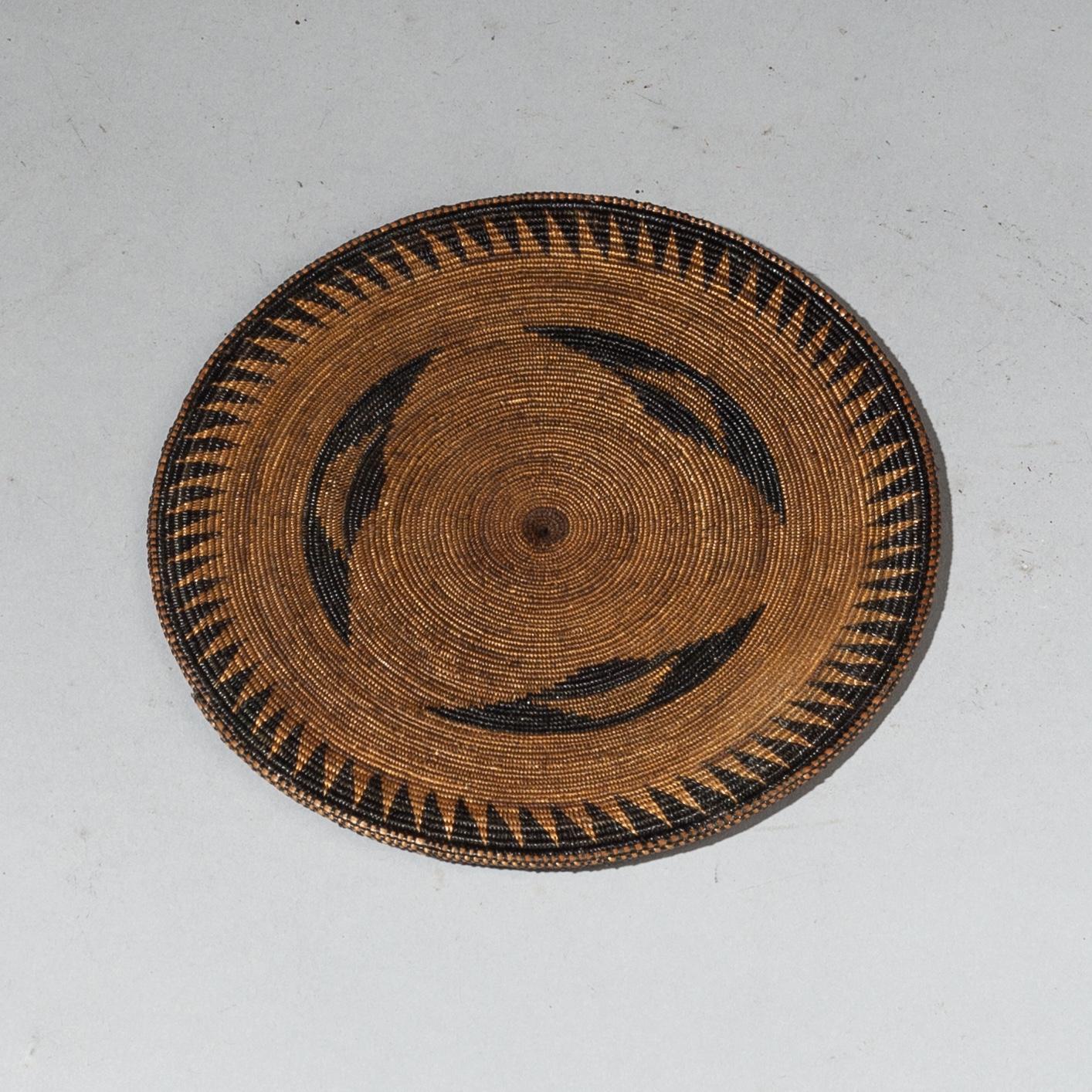 A SERENELY DECORATED SMALL TUTSI MAT, RWANDA, E AFRICA ( No 4006 )