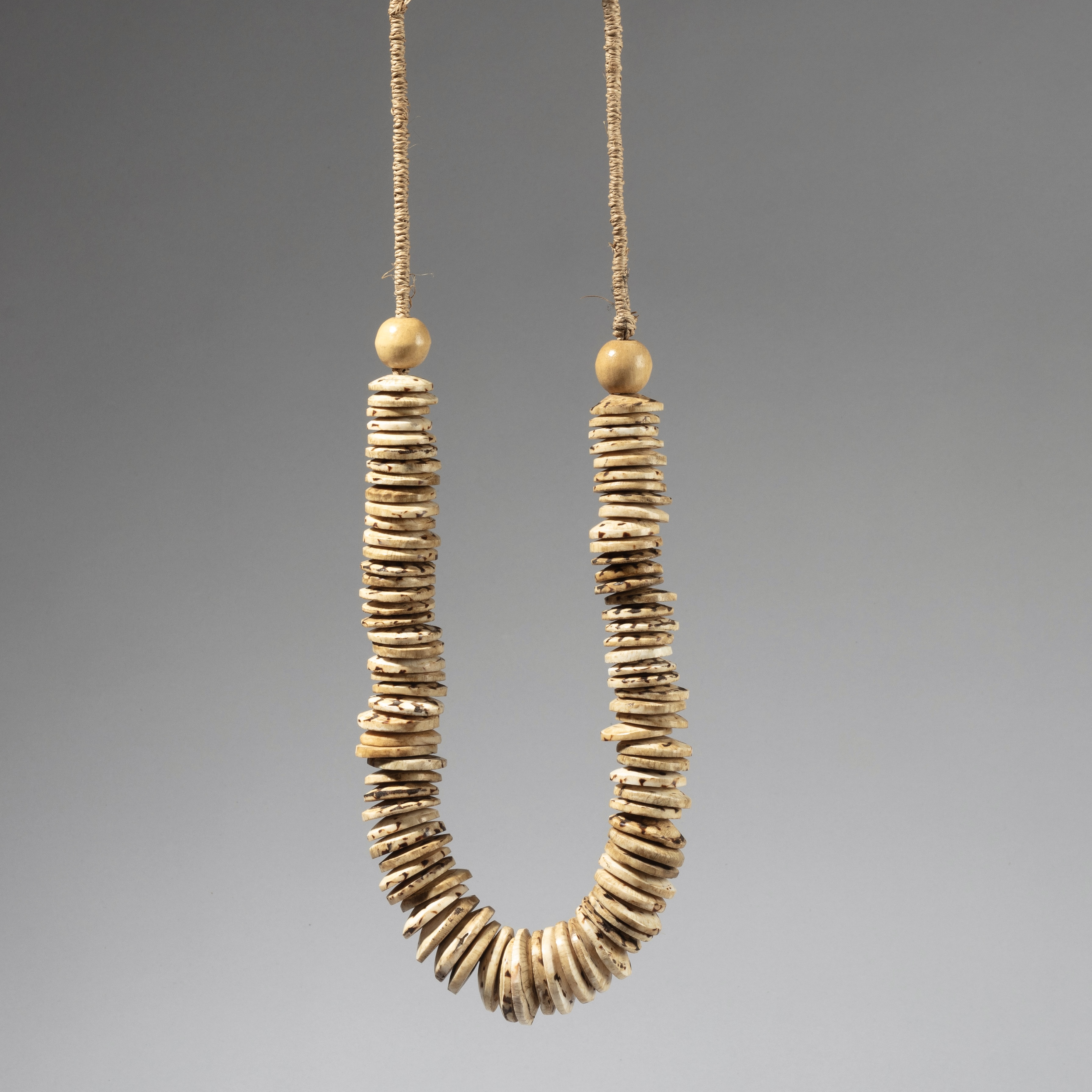 A SHELL DISC NECKLACE FROM PAPUA NEW GUINEA ( No 4489)