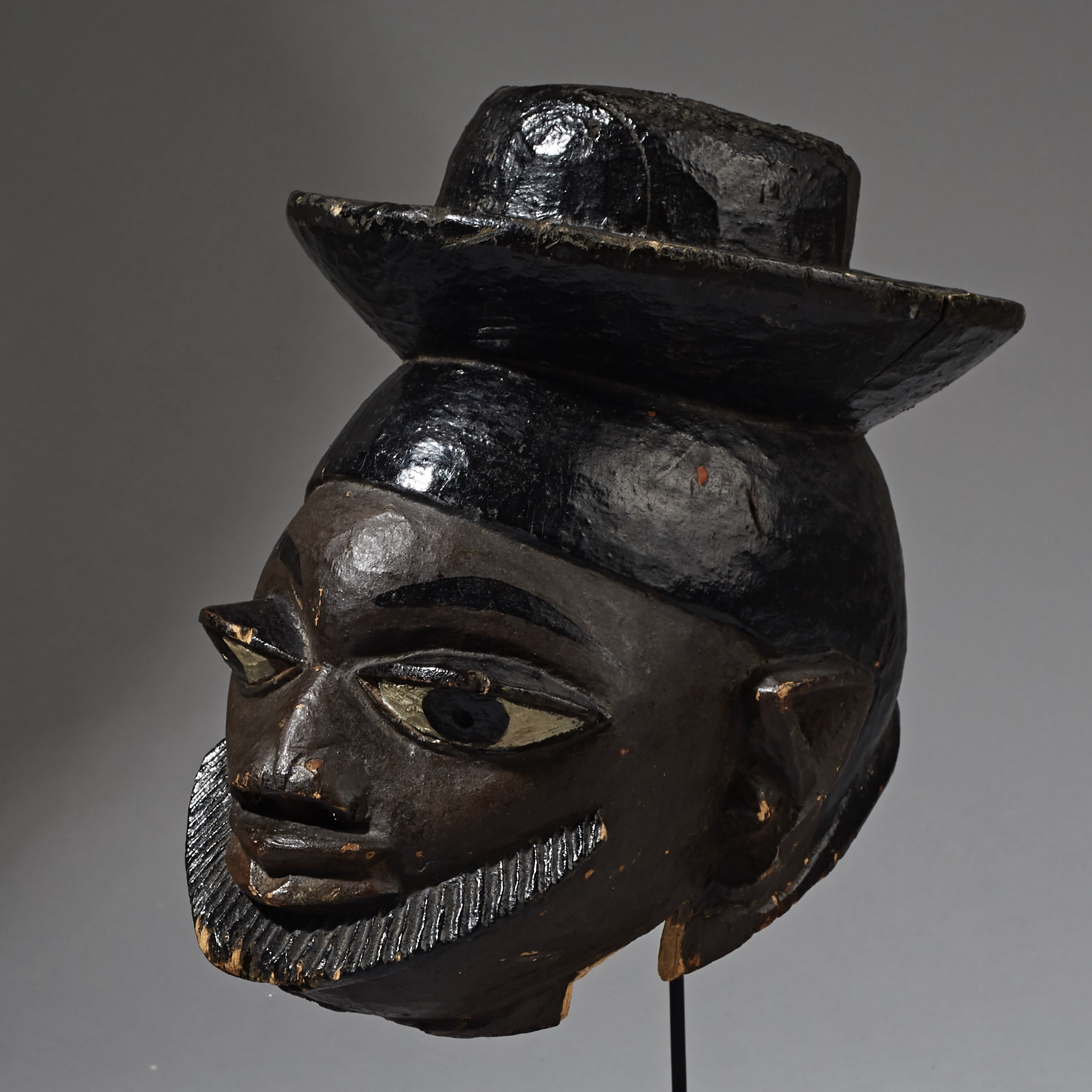 SD A PERKY GELEDE MASK FROM THE YORUBA TRIBE OF NIGERIA ( No 2329 )