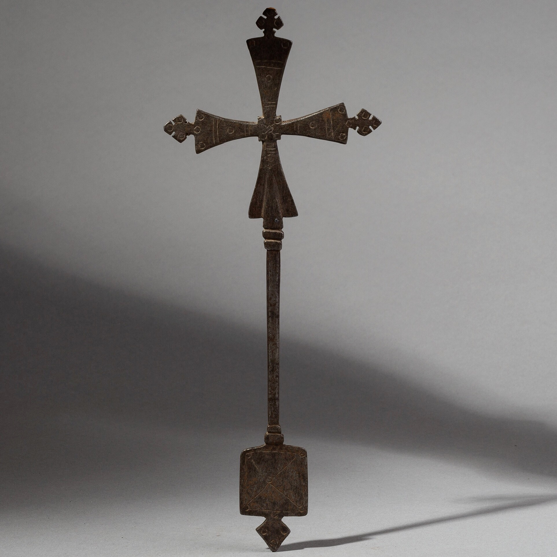 A ELEGANT  18THC IRON HANDCROSS FROM EAST AFRICA ( No 1816 )