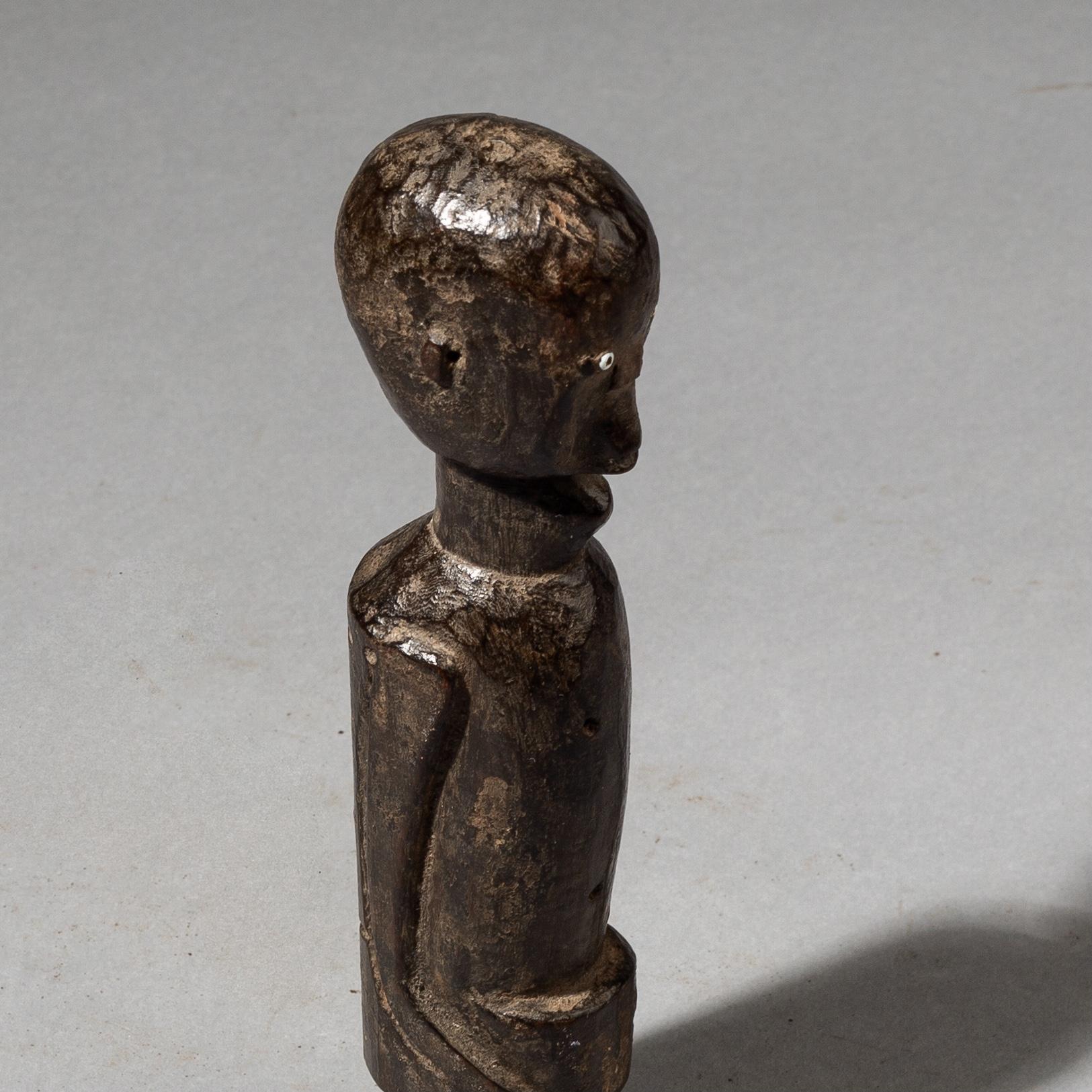 A SWEET SMALL NYAMWEZI  STATUE FROM TANZANIA ( No 3568 )