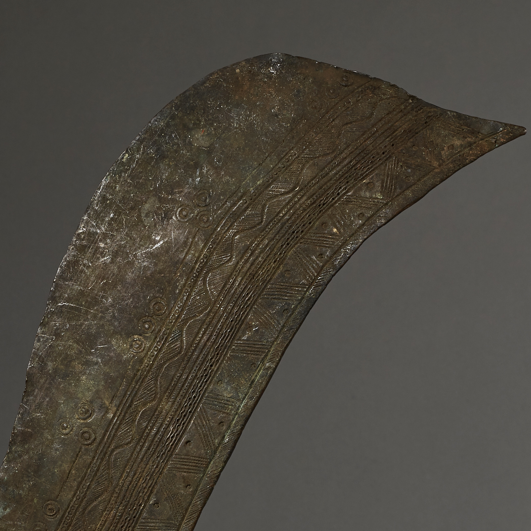 A LARGE OLD NUPE PRESTIGE SWORD WITH INTRICATE ENGRAVINGS, NIGERIA ( No 2637 )