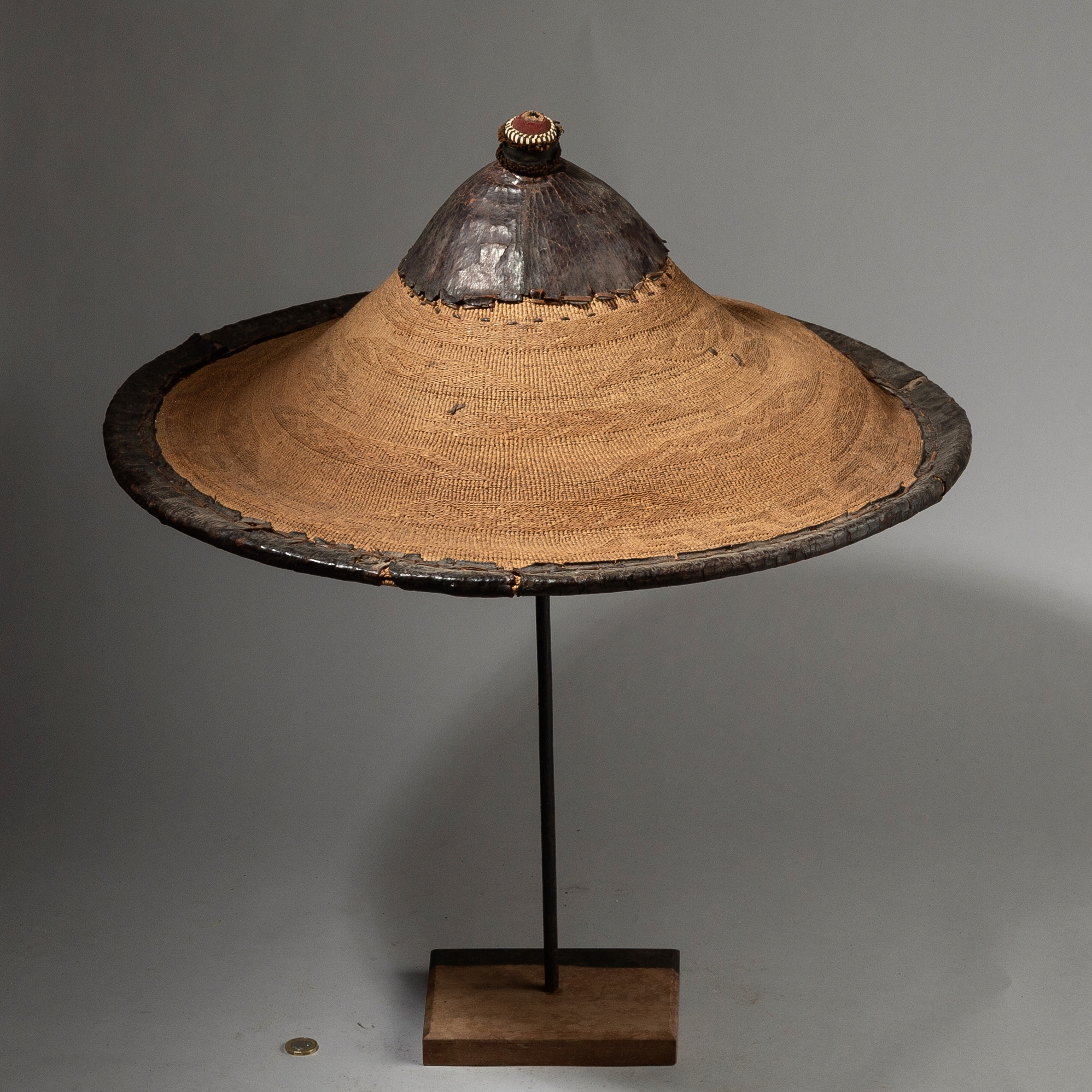 A LARGE SAHARAN FIBRE +LEATHER HAT, WADAABE TRIBE NIGER ( No 2751 )