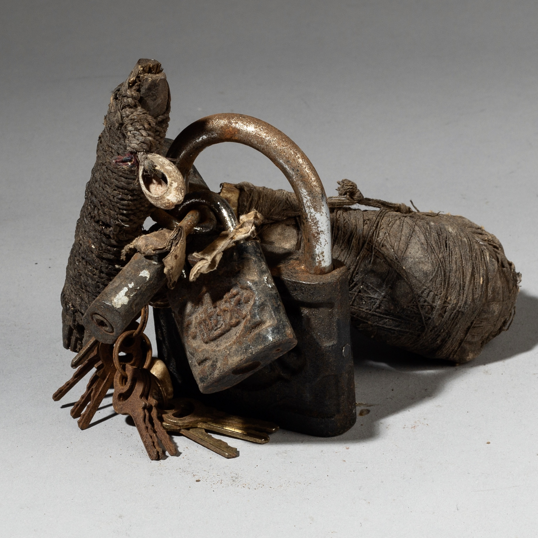 A DUCK SKULL + PADLOCK POWER OBJECT FROM BENIN ( No 3099 )