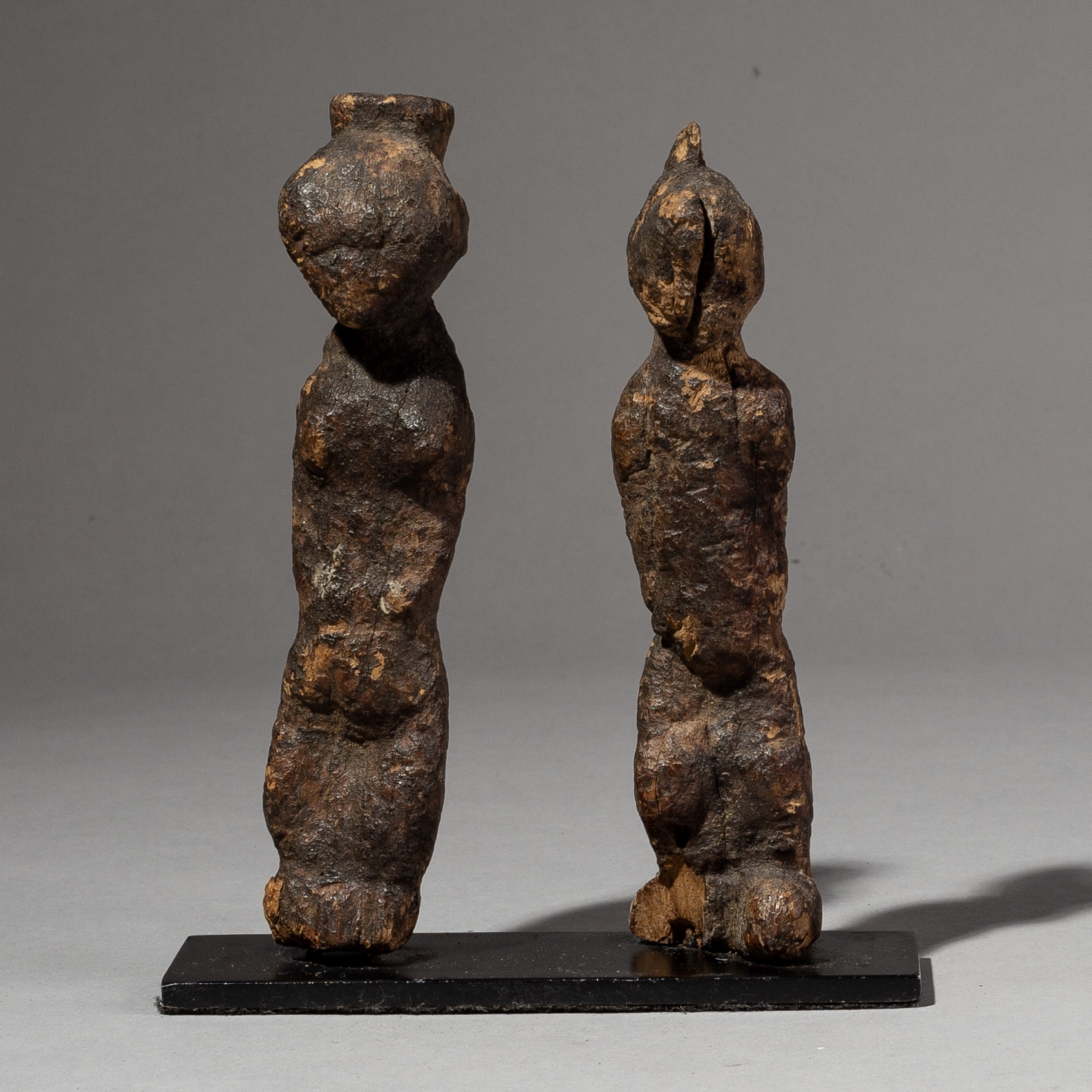 AN ENCRUSTED PAIR OF BAULE ALTAR FIGURES FROM THE IVORY COAST ( No 2156 )