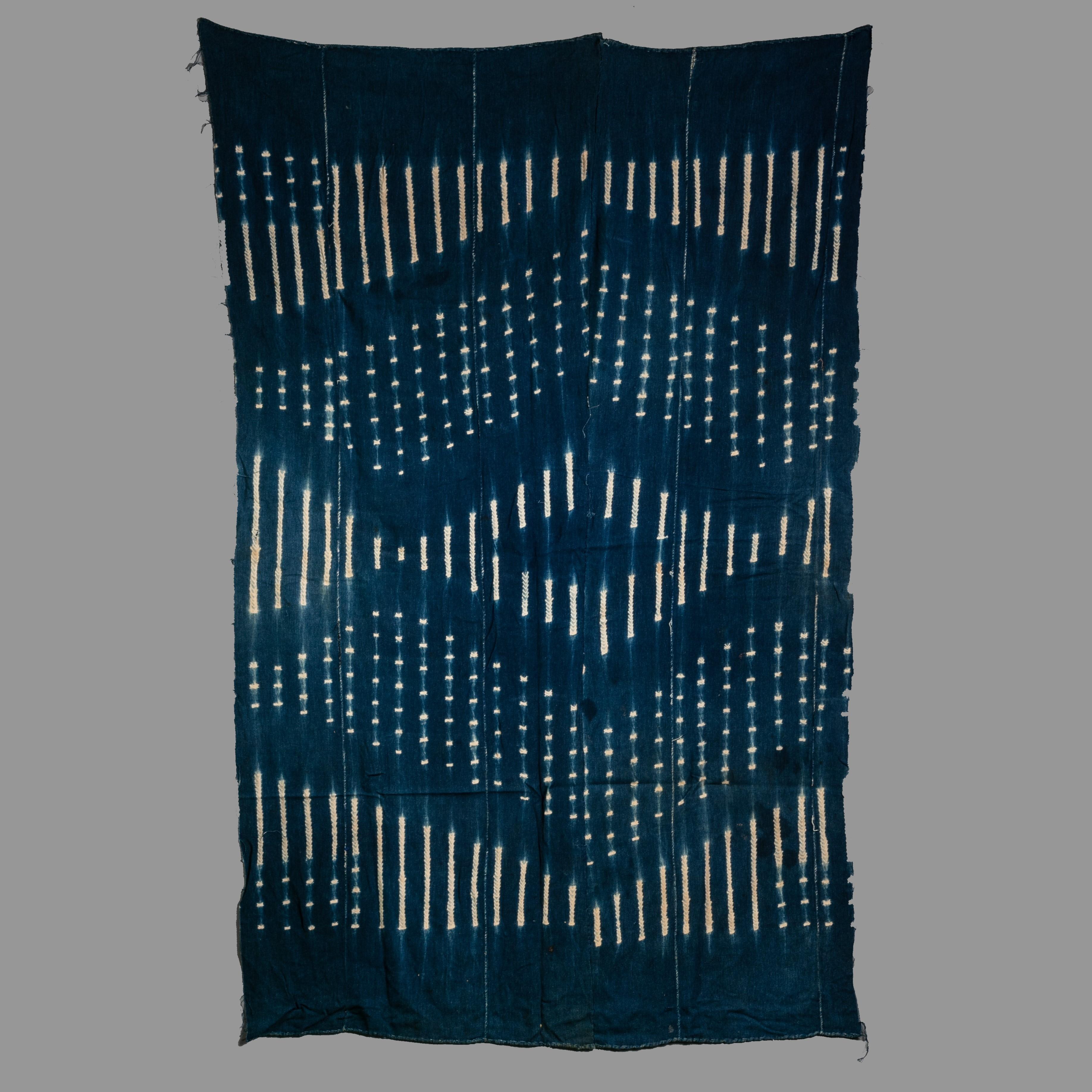 A STRIKING INDIGO CLOTH FROM THE MOSSI PEOPLE BURKINA ( No 1062 )
