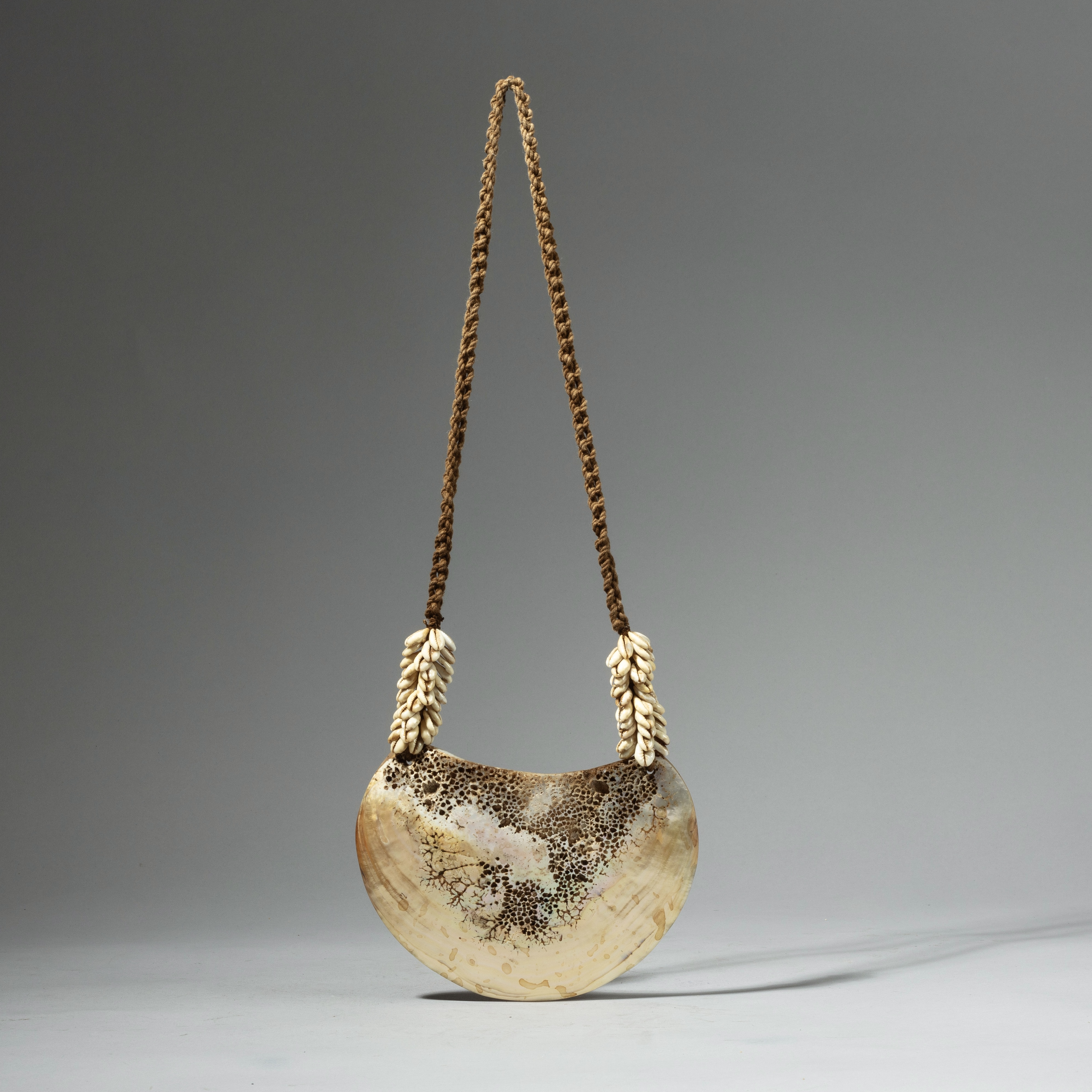 A SHELL NECKLACE FROM PAPUA NEW GUINEA ( No 4250)