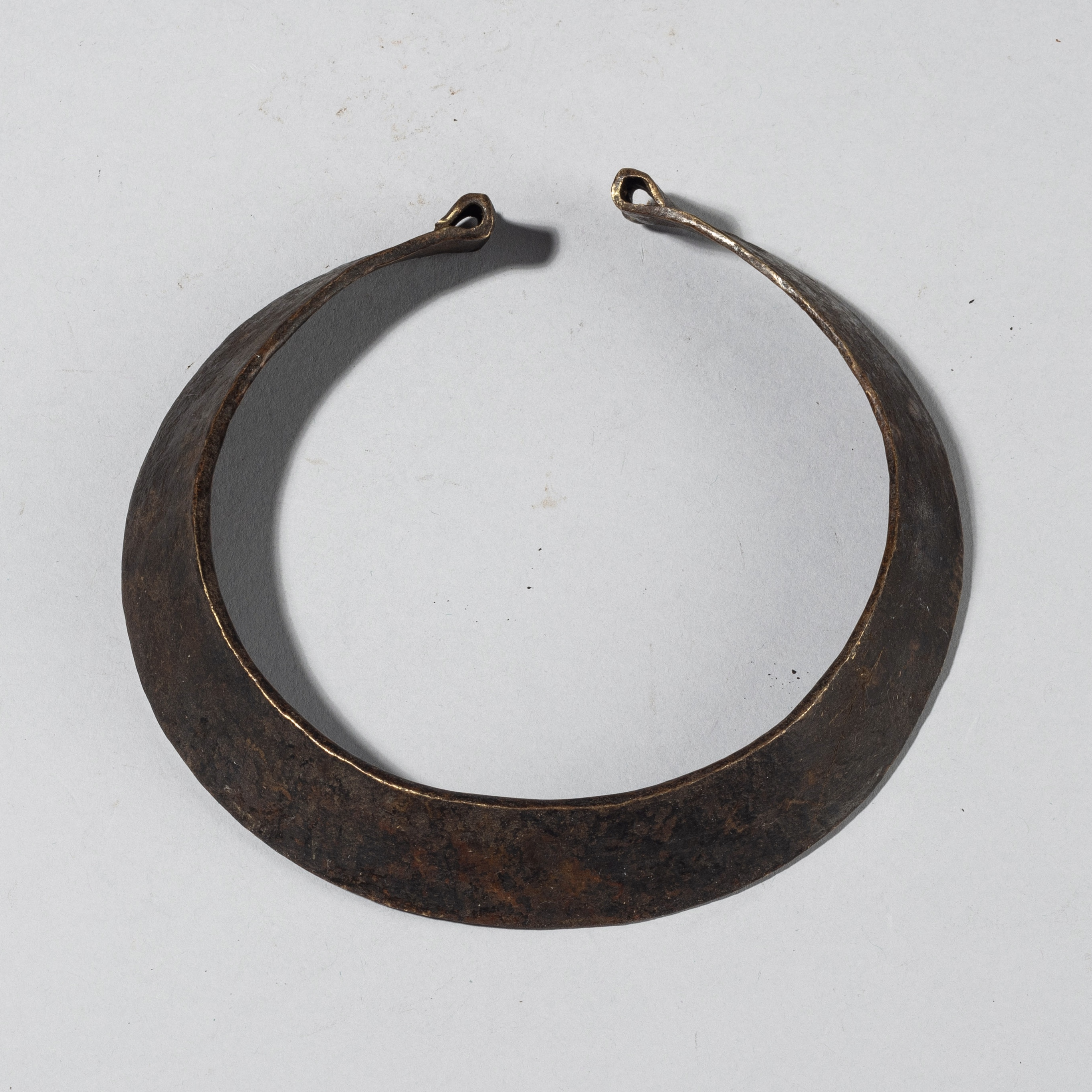 A SIMPLE BRASS TORQUE NECKLACE, LATUKU TRIBE SUDAN E. AFRICA ( No 4339)