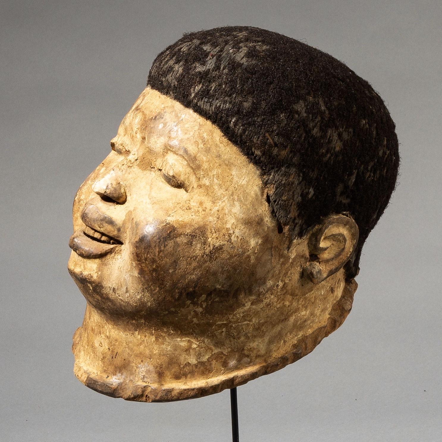 A SCULPTURAL MAKONDE HELMET MASK, MOZAMBIQUE ( No 3590 )