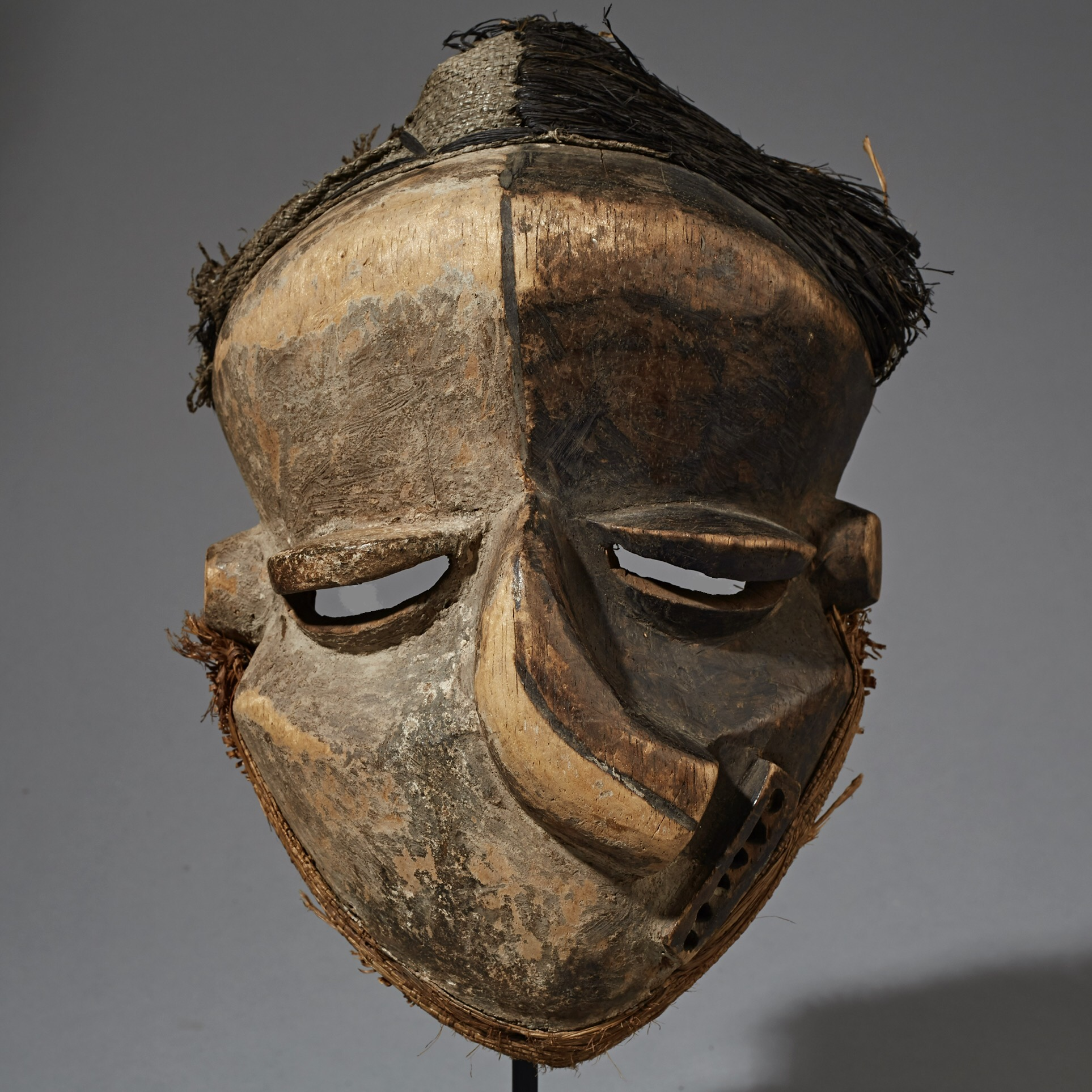 A STRIKING PENDE SICKNESS MASK FROM THE CONGO ( No 2331 )