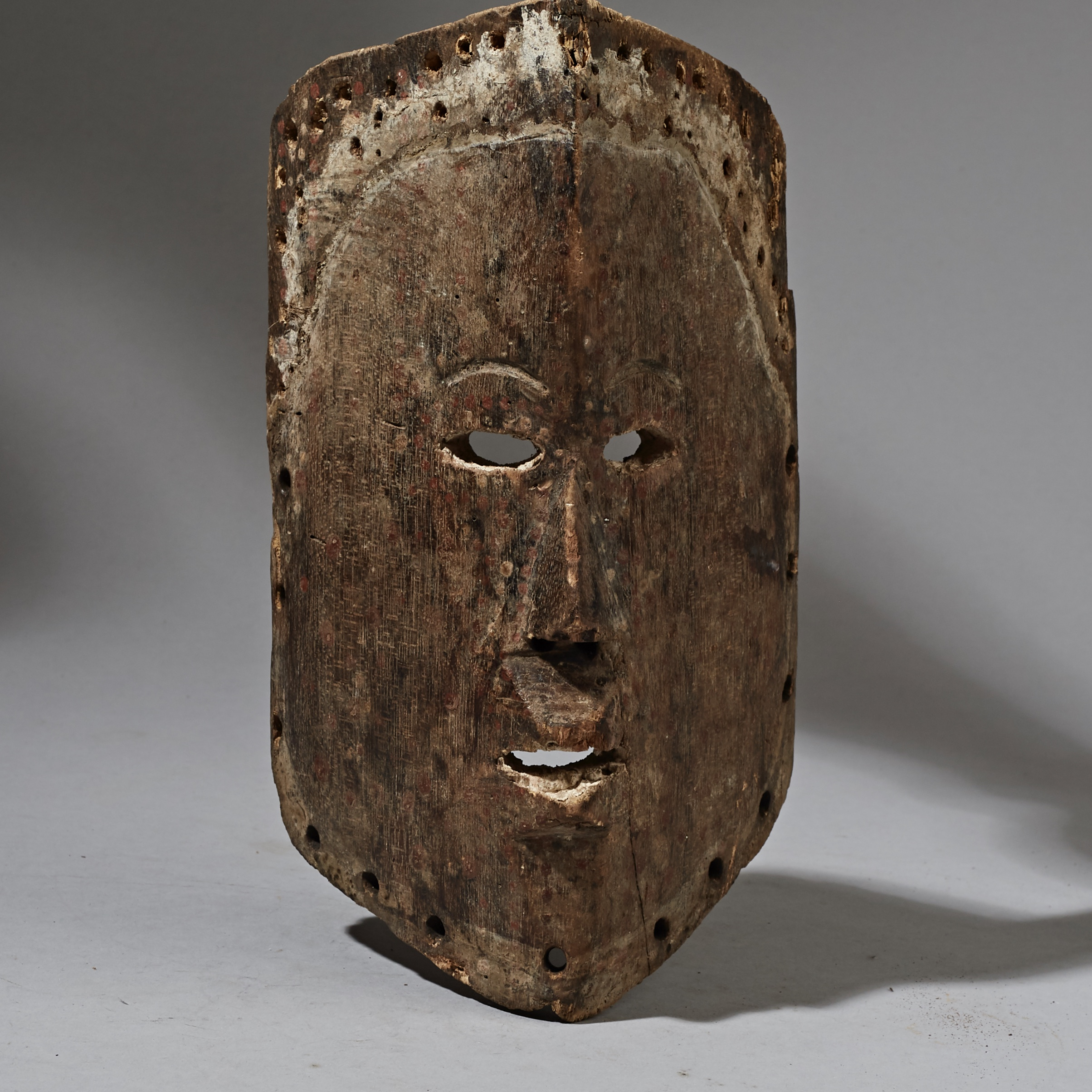 AN INGENIOUSLY DESIGNED MASK FROM THE CONGO  ( No 2372 )
