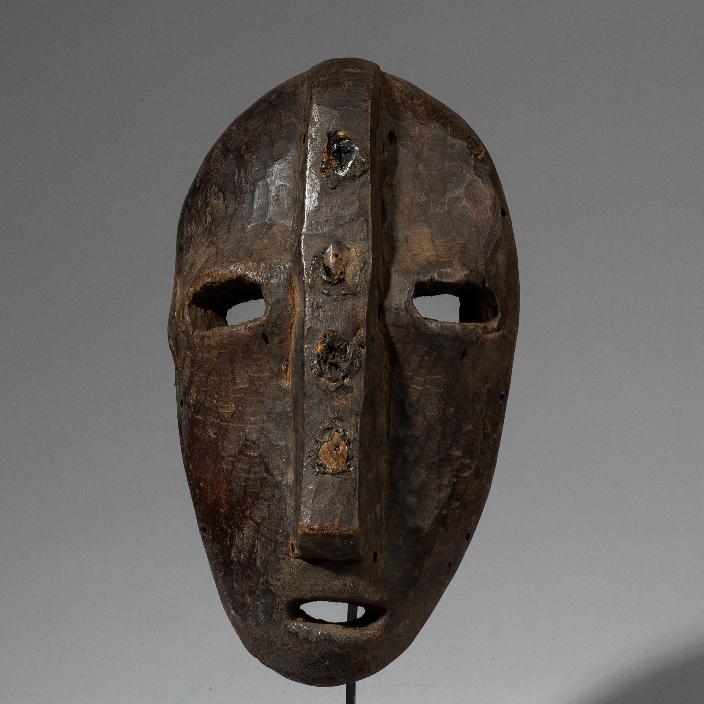 AN IMPOSING LEGA TRIBE MASK WITH EMBEDDED SHELLS FROM CONGO ( No 3168 )