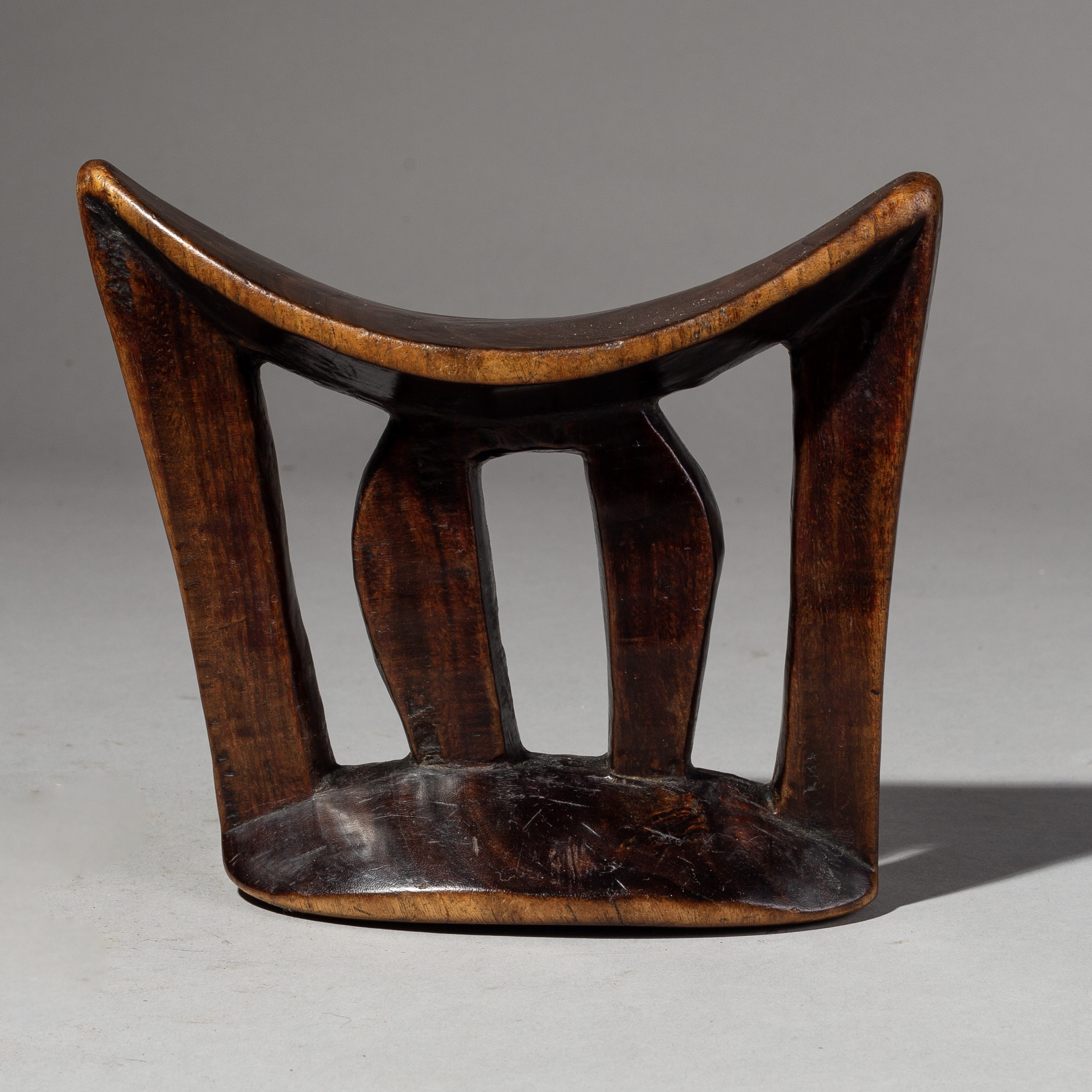 A HANDSOME, LUSHLY PATINATED ETHIOPIAN HEADREST ( No 2027 )
