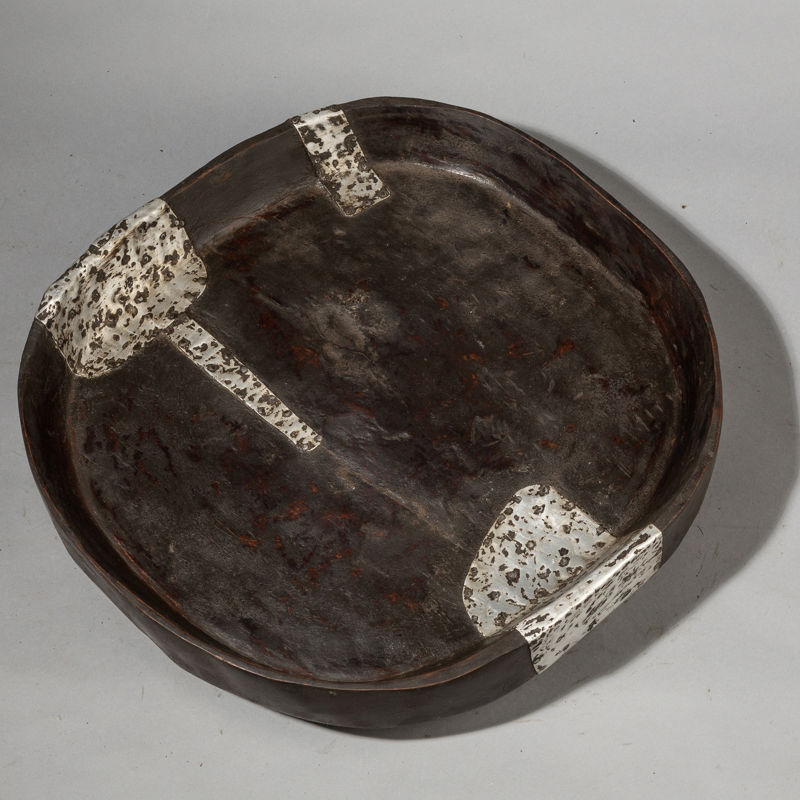 A CHARACTERFUL WOODEN TRAY WITH METAL REPAIRS, FIPE TRIBE TANZANIA E AFRICA ( No 3978 )