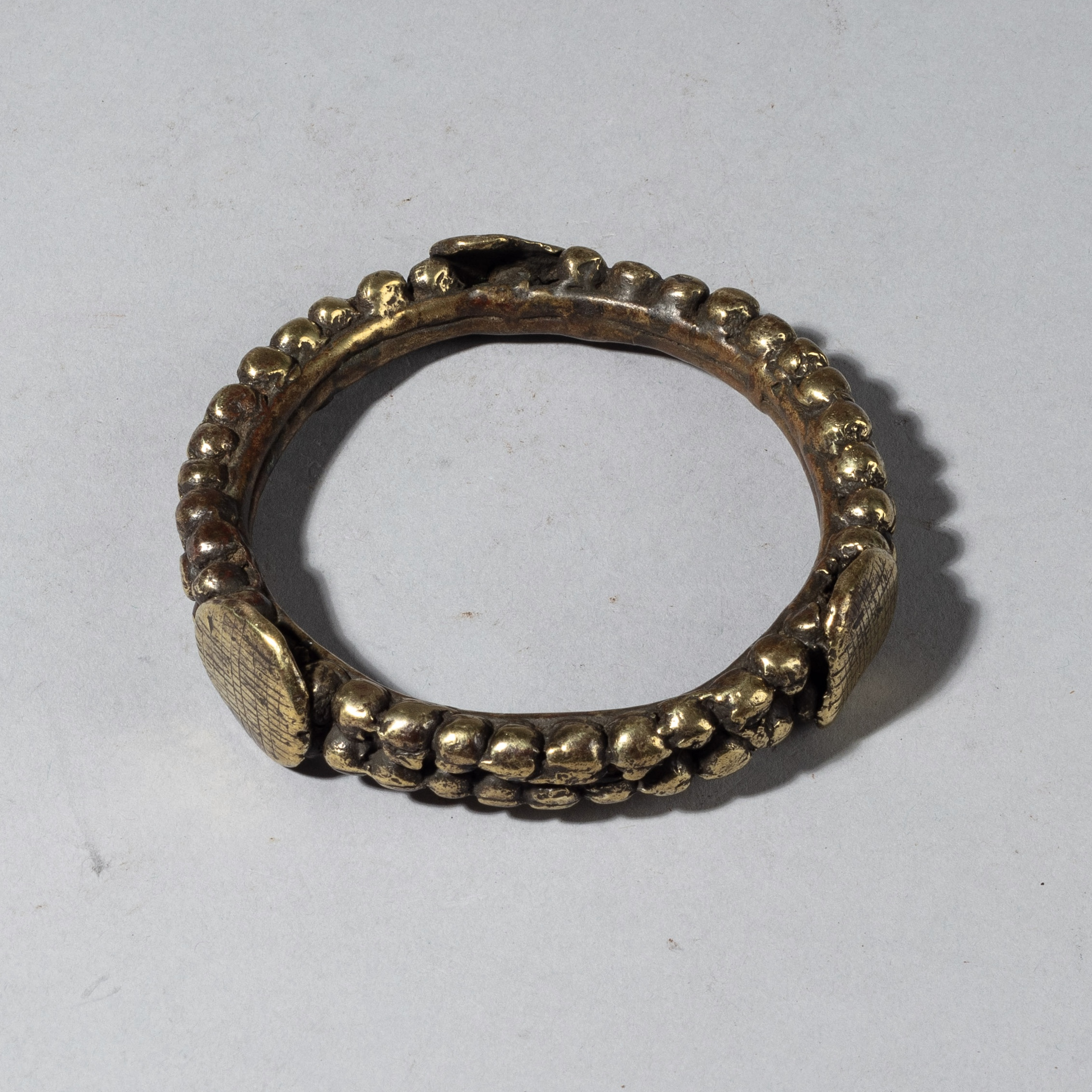 A QUALITY 19THC BRASS BANGLE, GUERRE TRIBE OF THE IVORY COAST W. AFRICA ( No 4346)